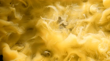 rozptyl : Yellow inks explosion underwater. Liquid paint mixing. Abstract smoke flow. Dostupné videozáznamy