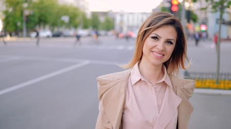 бежевый : Urban business woman walking. Determined successful female smiling