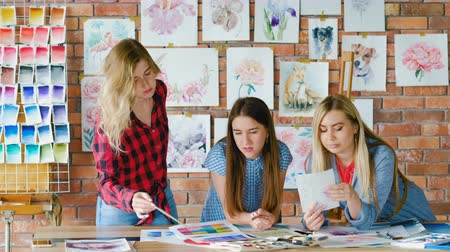 сочетание : Art students in creative studion learning painting tricks and coloristics. Стоковые видеозаписи