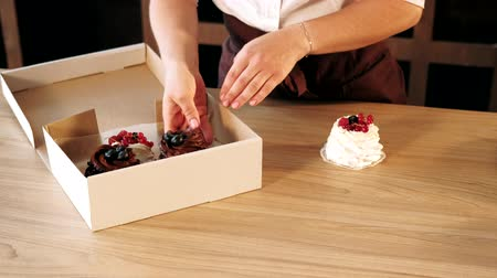 dekoratör : Homemade pastry delivery. Cake shop business. Woman putting fancy cupcakes in box. Stok Video