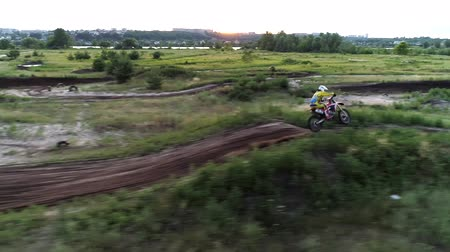 enduro : Extreme sports motocross. Racer driving fast on cross country terrain. Stock Footage