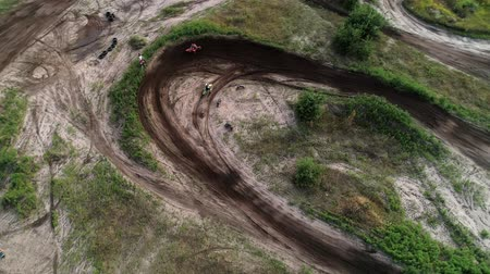 závodní dráha : Cross country motorcycling track. Above aerial view on bikers riding fast