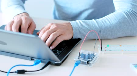 integrált : Mechatronic engineering. Internet of Things. IT programmer creating project with microcontroller. Stock mozgókép