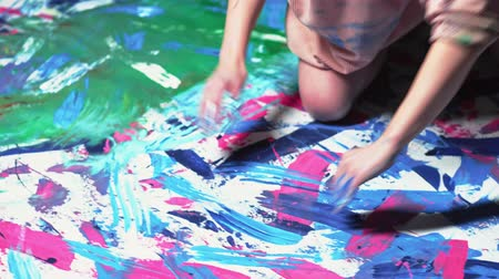psicodélico : Painting art therapy. Soul freedom. Woman creating abstract artwork with fingers.