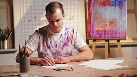 obra prima : Artist lifestyle. Creative hobby. Inspired man sketching with pencil in studio. Stock Footage