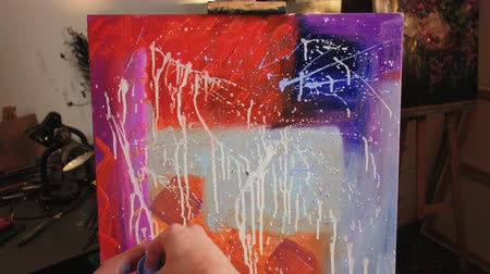 терапия : Color therapy. Emotions expression. Male hand splattering paint on canvas creating abstract picture.