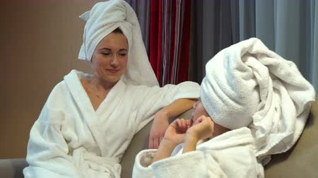 descontraído : happy family lifestyle. mother and daughter bonding communication. chatting after bath time.