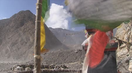 поход : Prayer flags in strong wind in Annapurna Region, Nepal. Стоковые видеозаписи