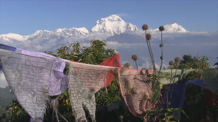 поход : Prayer flags with himalayas in Annapurna Region, Nepal.
