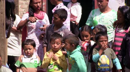 yoksulluk : Nepali children and tibetan refugees waiting during Bhairab festival in Bungamati in Nepal. Stok Video