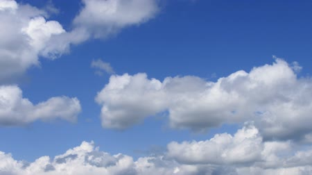 céu : timelapse flying fluffy clouds on sky