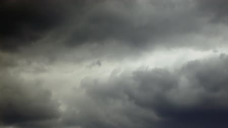 bouře : timelapse dark rainclouds moving in sky