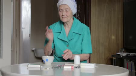 pilulka : old woman taking pill