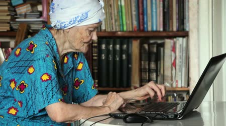 teclado : old woman using laptop
