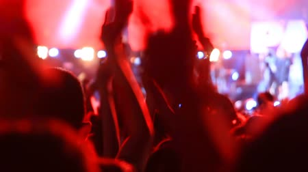 koncert : applauding crowd of fans at rock concert