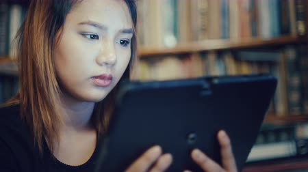tablette : Jeune femme asiatique avec tablette. Close-up 4k UHD 3840x2160