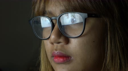 livro : Asian Woman reading website reflected in glasses. 4k UHD (3840x2160)