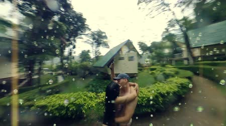 monção : Bullet time shot of couple kissing in the rain. Slow motion. Version with raindrops Vídeos