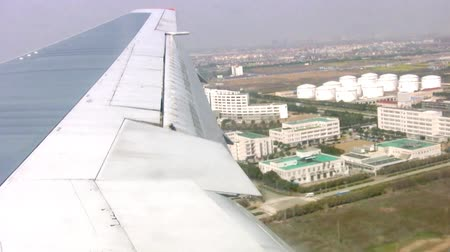 szárny : Landing of aircraft at the airport in Shanghai. A view from the porthole on the wing. Fast speed