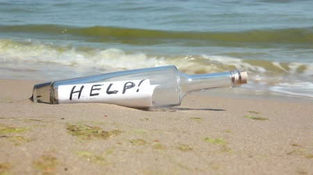 mensagem : Beach. Sunny weather. Sand. Surf wave brought a bottle with a note inside. It says HELP!
