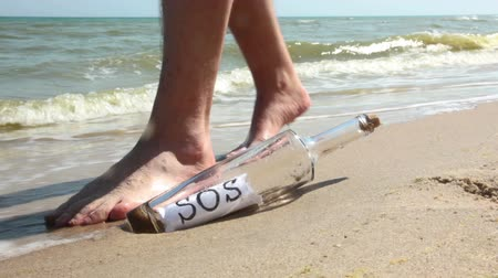mensagem : Beach. Sunny weather. Sand. Surf wave brought a bottle with a note inside. It says SOS. A man found a bottle and went to help