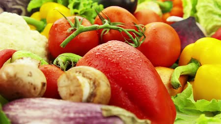 üretmek : Fresh vegetables rotate: cabbage, carrot, corn, cucumber, garlic, onion, pepper, potatoes, salad, tomato