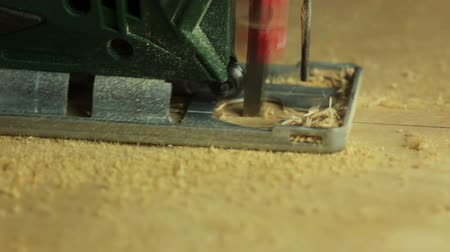 marangoz : Electric fretsaw is sawing plywood. Close-up. Side view Stok Video