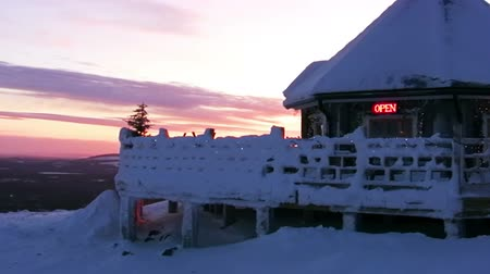 esqui : Mountains. Winter. Sunset. Snowy restaurant and signboard OPEN