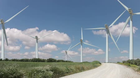 fırıldak : Sunny weather. Several wind turbines. Clouds are moving fast Stok Video