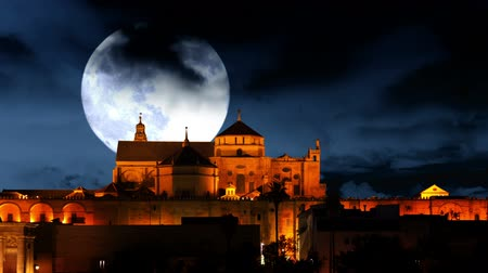 árabe : Spain. Cordoba. Mezquita at night. Huge moon moves on cloudy sky