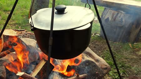 lenha : Large pan heated on a wood campfire