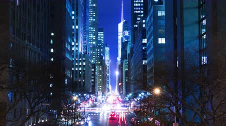 čas : USA. New York City. Night. Skyscrapers and traffic on E42nd Street. Time lapse