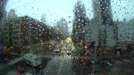 deszcz : USA. New York City. Roosevelt Island Tramway. The view from the cable car on 2nd Ave in the rain