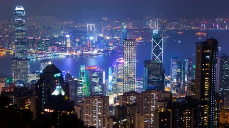 panorâmico : Panoramic view of Hong Kong from the top point (Victoria Peak). The evening turns to night with the glow of the city lights and the Light Show. Time lapse 4K