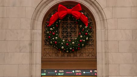 boŻe narodzenie : New York City. Wall street. The building of the exchange on Christmas eve. Christmas decoration and electronic scoreboard quotations close-up. Seamless loop Wideo
