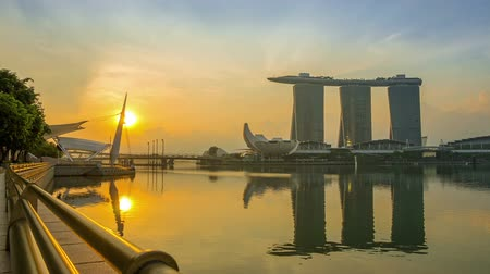 baía : Singapore. Downtown at dawn. Marina Bay, Sands Skypark and ArtScience Museum. Time lapse