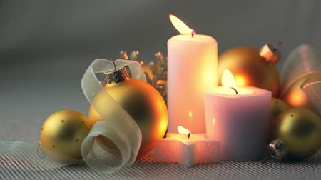 bola de fogo : Christmas still life. Golden balls, ribbons and burning candles