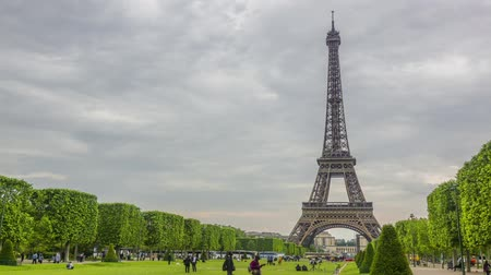 zajosan rágcsál : France, Paris. Cloudy summer day. Champ de Mars and the Eiffel Tower. Many tourists and buses. Time lapse Stock mozgókép