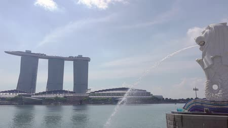 mytický : Singapore. Merlion Fountain and Marina Bay Sands in sunny weather