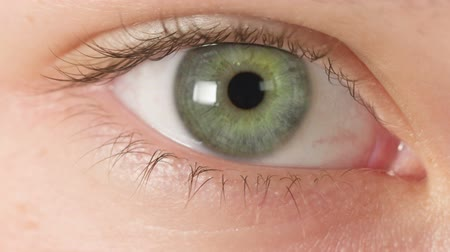 olhos verdes : female teen eye close up, reading or watching something Stock Footage
