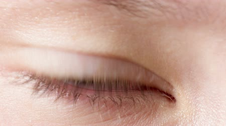 olhos verdes : female teen eye close up, open and blinking