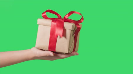 presentes : teen hand holding gift box, green screen Stock Footage