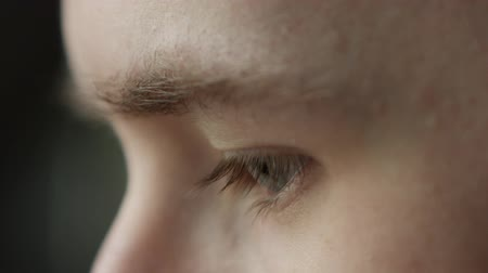 atenção : young man eyes reading or watching something closeup Stock Footage