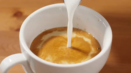 turbilhão : pouring milk in cappuccino in slow motion