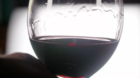 kırmızı şarap : red wine swirling in glass in slowmo Stok Video
