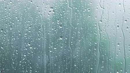 ulewa : heavy rain on window glass background focus on right side Wideo