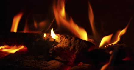 lareira : close up flames in a fireplace with wood coal