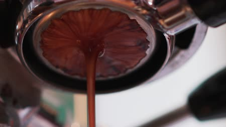 filtro : espresso preparing with professional bottomless filter