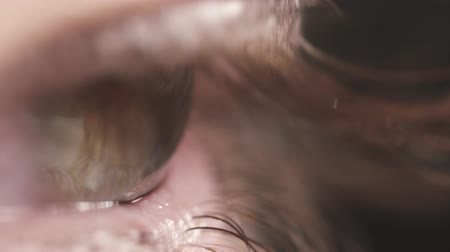 olhos verdes : super macro shot of female teen green eye in slow motion Stock Footage