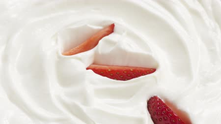 йогурт : Slow motion of sliced strawberry falling into cream, 180fps